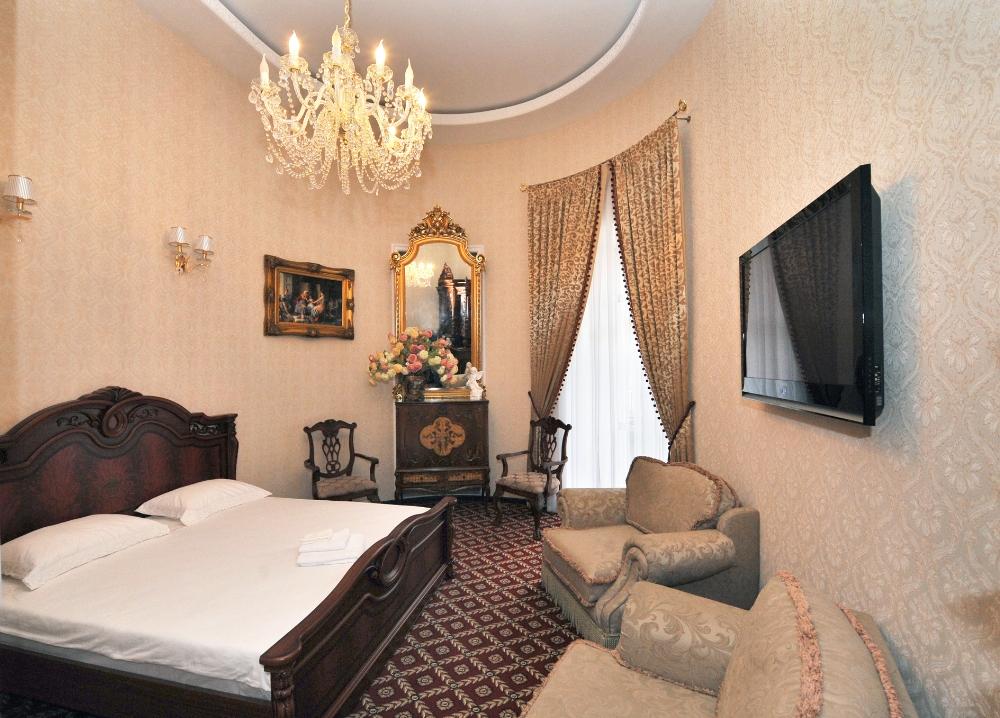 "Гостиница в Одессе ""Queen Valery"", номер люкс с балконом."
